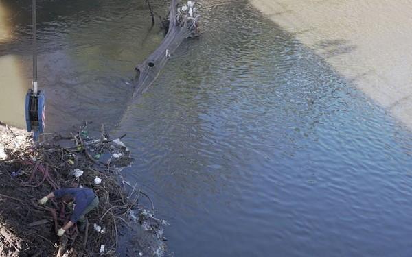 Trabajos de limpieza en el Río Luján