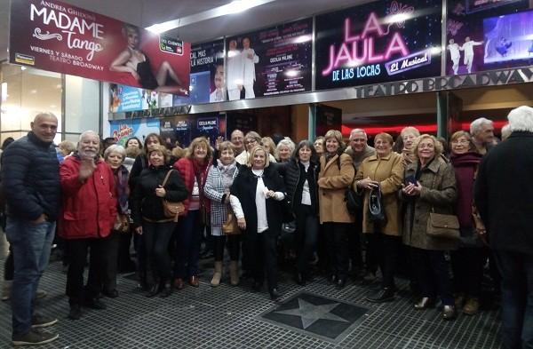 Los adultos mayores y una noche de teatro y pizzas en la calle Corrientes