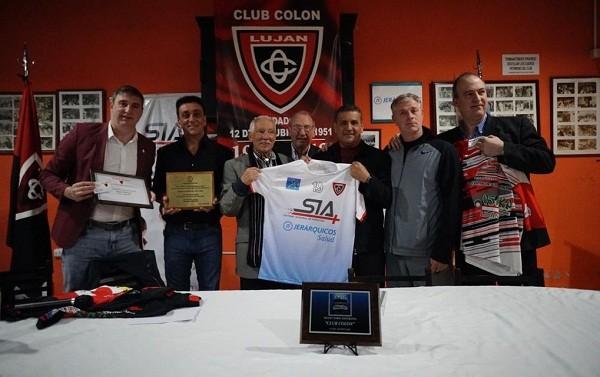 El Club Colón presentó su nueva indumentaria