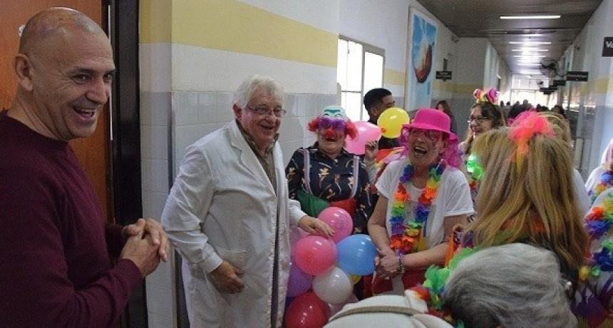 Los abuelos de la Tercera Edad entregaron juguetes en el Hospital