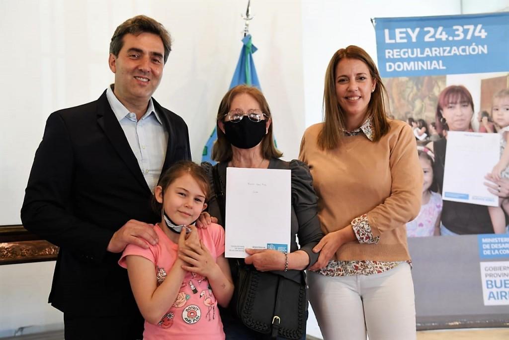 """""""Mi escritura mi casa"""": el Intendente entregó más de 40 títulos de propiedad a familias lujanenses"""